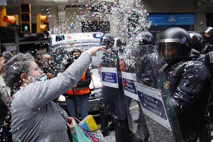 Protesta para intentar paralizar un desahucio en  Barcelona, el pasado 25 de mayo.