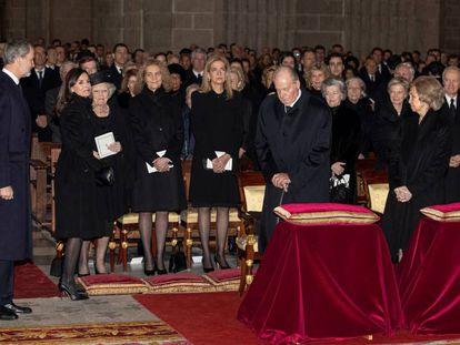 Felipe VI y la reina Letizia, los reyes eméritos y las Infantas Elena y Cristina, en el funeral de Pilar de Borbón, en El Escorial, este miércoles.