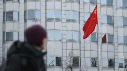 Una mujer pasa por delante de la Embajada china en Berlín, en diciembre de 2017.