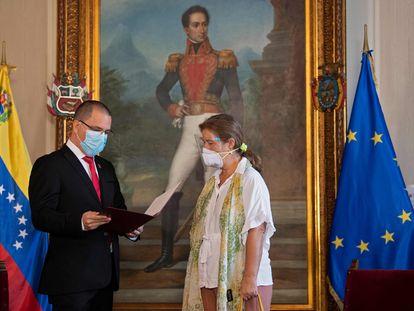 El ministro de Exteriores venezolano, Jorge Arreaza, conversaba ayer en Caracas con la embajadora de la UE, Isabel Brilhante.