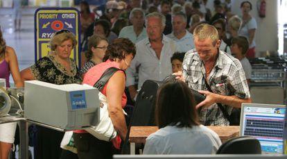 Turistas internacionales en el aeropuerto de Alicante en una imagen de archivo del verano de 2010.