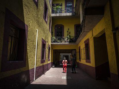 Dos vecinos en el interior de Allende, 46, en el centro histórico de Ciudad de México.