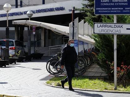 Un médico sale del hospital de Txagorritxu, en Vitoria, con una máscara de protección.