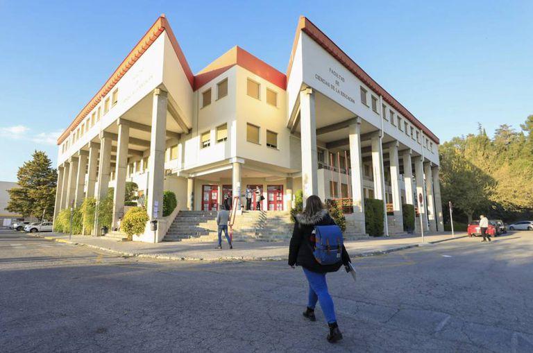 Una de las facultades de la Universidad de Granada.