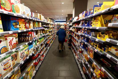 Una mujer camina por el pasillo de un supermercado en Berlín (Alemania).