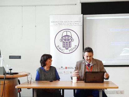 A la izquierda, la profesora Rita Giacaman en una conferencia celebrada en el King's College de Londres