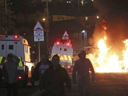 Varias personas, en los disturbios de este jueves en Londonderry (Irlanda del Norte). En vídeo, la policía habla sobre el asesinato de Lyra McKee.