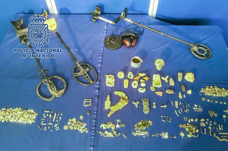 El supuesto expoliador de Villamartín (Cádiz) atesoraba un botín entre el que destaca un dírham de oro, cinco piezas de oro que podrían formar parte de un conjunto mayor como un collar o una pulsera de época fenicia o tartésica, una figura de un león íbero en bronce y un busto femenino en piedra