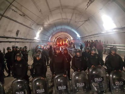 Policías antidisturbios en los túneles del subterráneo de Buenos Aires.