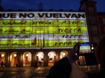La fachada de la Casa de la Panadería de la Plaza Mayor de Madrid iluminada con los papeles de Bárcenas.
