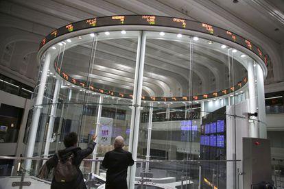 Panel de cotizaciones de la Bolsa de Tokio (Japón).