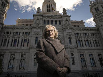 La exalcaldesa de Madrid, Manuela Carmena, posa frente a la sede del Ayuntamiento.