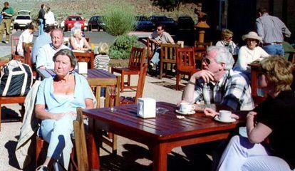Varios turistas alemanes disfrutan del buen tiempo de Canarias en la terraza