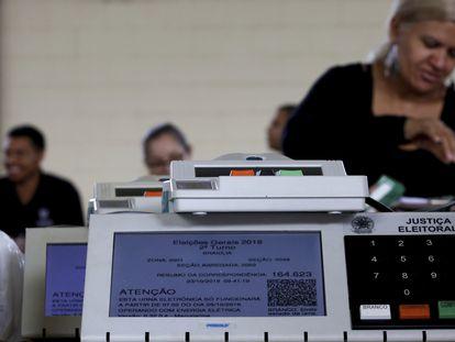 Sellado de las máquinas de votación electrónica previstas para ser utilizadas en la segunda vuelta de las elecciones brasileñas de 2018.