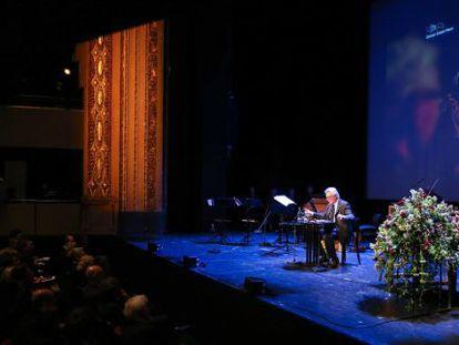 El escritor John Irving leyendo en el teatro de Lübeck el discurso de homenaje a Günter Grass, fallecido el pasado 13 de abril.