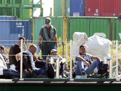 Inmigrantes llegados en una patera a Alicante en noviembre de 2011.