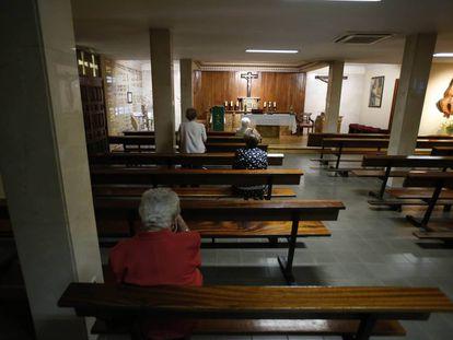 Varias feligresas rezan un domingo reciente en la Capilla de la Virgen del Trabajo, en el distrito de San Blas, en Madrid.
