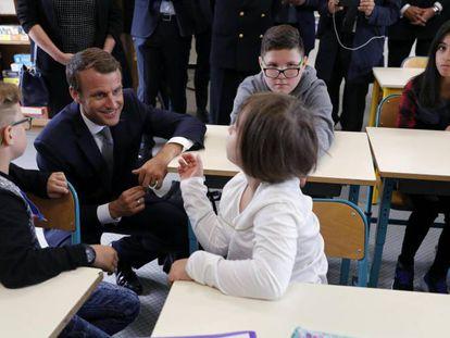 El presidente francés, Emmanuel Macron, en una escuela de la localidad francesa de Forbach, el primer día de curso