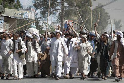 Manifestantes afganos protestan en Kandahar contra la quema de un Corán en EE UU.