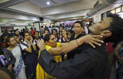 Clase de defensa personal para niñas en una escuela india.
