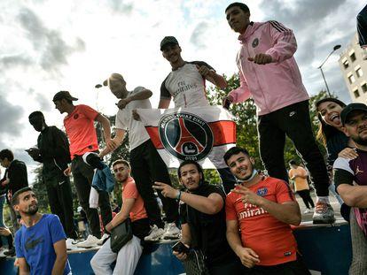 Seguidores del PSG esperan la llegada de Messi en París.
