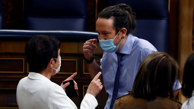 El vicepresidente segundo del Gobierno, Pablo Iglesias conversa con la portavoz en el Congreso de EH Bildu, Mertxe Aizpurua, en el Hemiciclo.