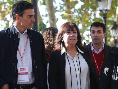 El secretario general del PSOE, Pedro Sánchez, y la presidenta, Cristina Narbona, junto a Miquel Iceta, camino a la reunión del Comité Federal del partido. ULY MARTIN