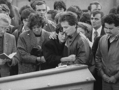 Los padres de Grégory Villemin, junto al féretro del niño el 20 de octubre de 1984 en Lepanges-sur-Vologne.