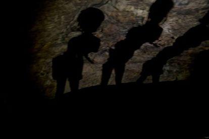 Sombras en la cueva de Montesinos a modo de caverna platónica.