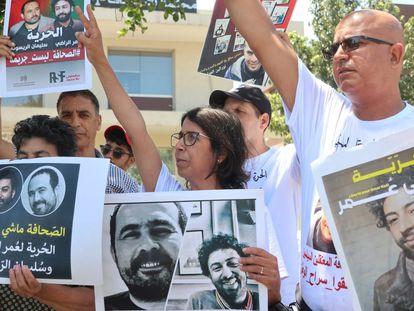 Concentración de apoyo al periodista Omar Radi, en la puerta de la sala de Casablanca donde se celebraba una sesión de su juicio a puerta cerrada, el pasado 13 de julio.