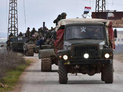 Tropas regulares sirias este martes durante el despliegue en el último tramo de la autopista que une Alepo con Damasco