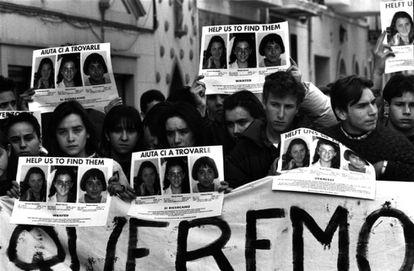 28 de enero de 1993. Concentración de jóvenes en la plaza del pueblo de Alcàsser, un día después de ser encontrados los cuerpos de las tres niñas.