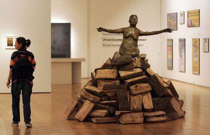 'Mujer pira de rodillas' (2002), obra de Kiki Smith. Foto: Luis Alberto García