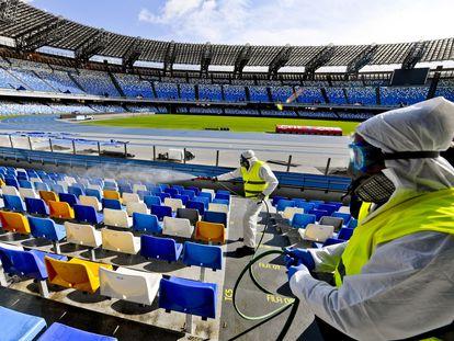 Unos operarios desinfectan el estadio San Paolo, en Nápoles.