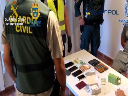 Los agentes de la Guardia Civil y de la Policía Nacional han detenido a 71 personas como miembros de una amplia red de narcotraficantes que operaba entre España y Suecia.