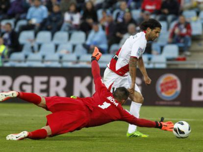Chori Domínguez supera a Moyá en el gol del 1-1