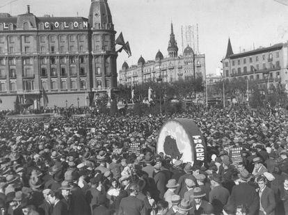 La multitud se concentra en la plaza de Cataluña (Barcelona), el 14 de abril de 1931.
