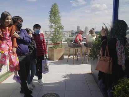 Mohammad Zarin y su familia se retratan con las vistas de Madrid, en la azotea del Círculo de Bellas Artes.
