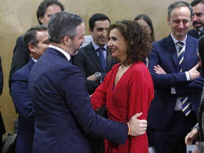 Juan Bravo, consejero de Hacienda de la Junta de Andalucía, conversa con la ministra de Hacienda, María Jesús Montero, en febrero del año pasado.