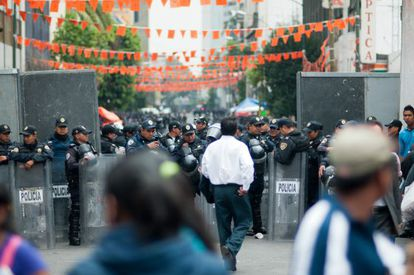 Policías frente a la protesta de los maestros.