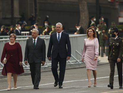 Los mandatarios Andrés Manuel López Obrador y Miguel Díaz-Canel caminan junto a sus esposas Lis Cuesta y Beatriz Gutiérrez en el zócalo capitalino.