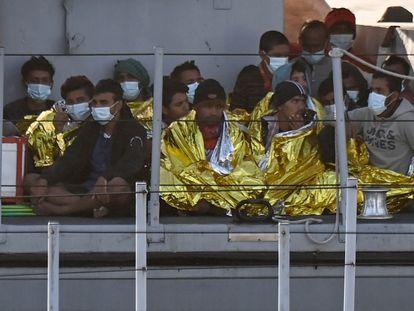 Un grupo de migrantes, después de ser rescatados por los guardacostas italianos, esperan a desembarcar en la isla de Lampedusa (Sicilia) el pasado 17 de mayo.