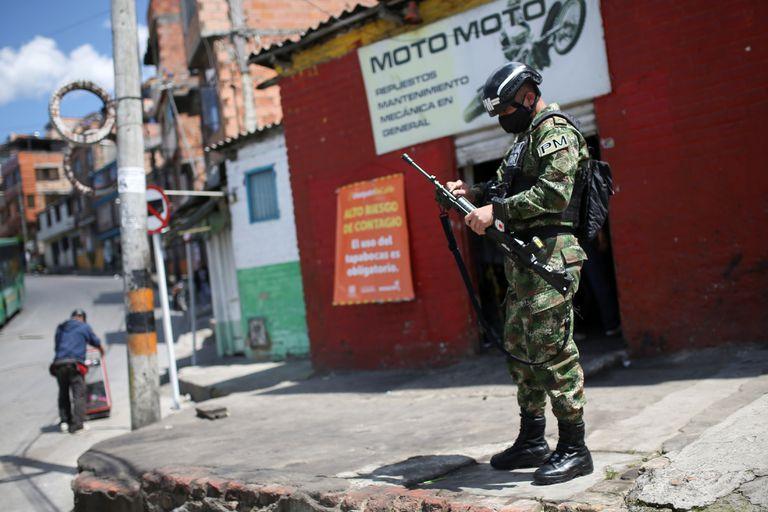 Un policía militar en las calles de Bogotá.
