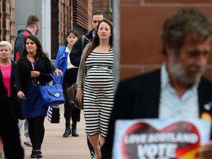 Votantes en la escuela Notre Dame de Glasgow.