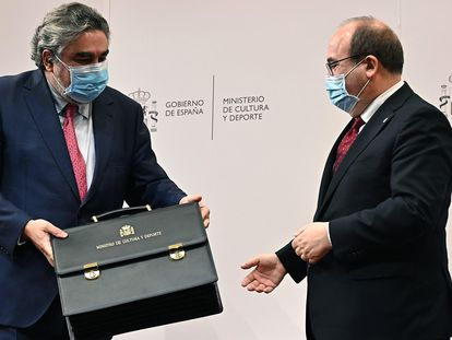 José Manuel Rodríguez Uribes entrega la cartera ministerial a Miquel Iceta.