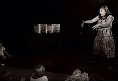 Nuestra protagonista, en su personaje de Ana Griott, contando cuentos a los niños.
