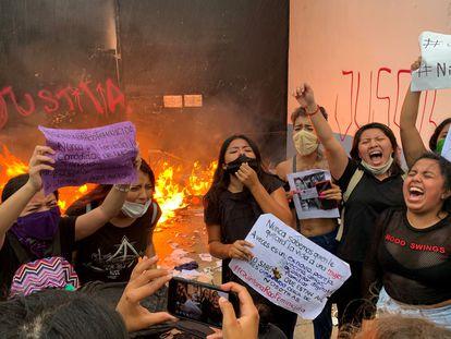 Grupos feministas protestaron el lunes, por los feminicidios de dos mujeres en Cancún.