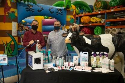 Juan Carlos García y José Luís García propietarios de la empresa Abania especializada en eventos infantiles, que en la actualidad distribuye material de desinfección para la pandemia.