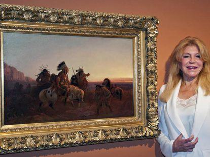 La baronesa Thyssen posa junto al cuadro de Charles Wimar 'El rastro perdido' en el Espai Thyssen de Sant Feliu de Guíxols.