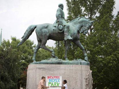 Dos personas piden que el parque de la estatua de Lee en Charlottesville lleve el nombre de la antifascista muerta el sábado
